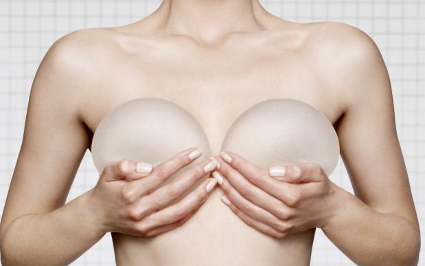 Comment se passe la convalescence après la pose d'implants mammaires ?