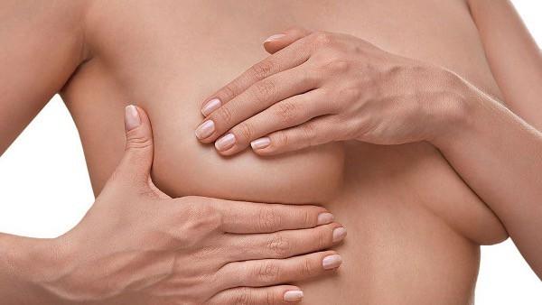 La ptose mammaire peut être traitée par une mastopexie